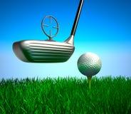Golfboll på utslagsplats och mål Royaltyfri Fotografi
