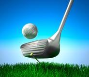 Golfboll på utslagsplats och mål Royaltyfri Bild