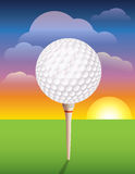 Golfboll på utslagsplatsbakgrund Royaltyfri Foto