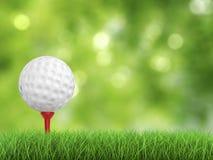 Golfboll på utslagsplatssidosikt Royaltyfri Foto