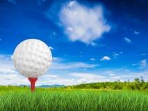 Golfboll på utslagsplatssidosikt Fotografering för Bildbyråer