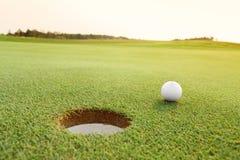 Golfboll på den gröna kursen Royaltyfria Bilder