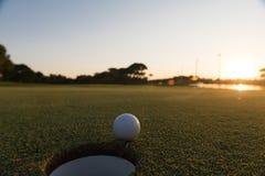 Golfboll på kanten av hålet Arkivbilder