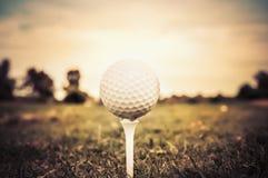 Golfboll på utslagsplats Arkivbilder