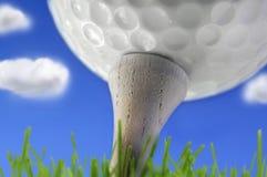 Golfboll p? utslagsplatsen royaltyfri fotografi
