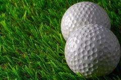 Golfboll två på gräs royaltyfri bild