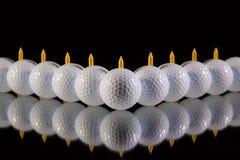 Golfbollar på det svarta glass skrivbordet Royaltyfri Foto