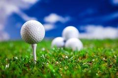 Golfbollcloseup på gräs Arkivfoto