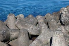 Golfbreker concrete die dam, structuur op kusten wordt geconstrueerd Royalty-vrije Stock Foto's