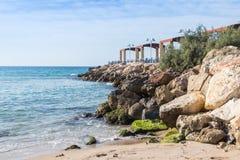 Golfbreker die het overzees met een promenadeterras overzien op de waterkant van Nahariya-stad in Israël stock foto's