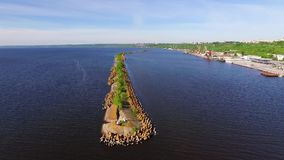 Golfbreker op de rivier stock footage