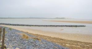 Golfbreker op een recreatief strand in de lente die land beschermen tegen overzees stock afbeeldingen