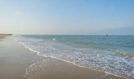Golfbreker op een recreatief strand in de lente die land beschermen tegen overzees royalty-vrije stock fotografie