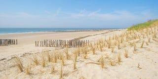 Golfbreker op een recreatief strand in de lente die land beschermen tegen overzees stock fotografie