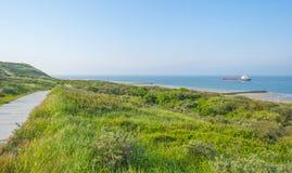 Golfbreker op een recreatief strand in de lente die land beschermen tegen overzees royalty-vrije stock foto