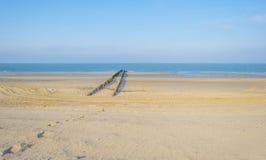 Golfbreker op een recreatief strand in de lente die land beschermen tegen overzees stock foto