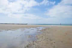 Golfbreker op een recreatief strand in de lente die land beschermen tegen overzees royalty-vrije stock foto's