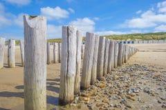 Golfbreker op een recreatief strand in de lente die land beschermen tegen overzees royalty-vrije stock afbeeldingen