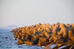 Golfbrekers in de haven van Heraklion Royalty-vrije Stock Afbeeldingen