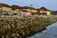 Golfbrekerstenen langs een kustlijn Stock Fotografie