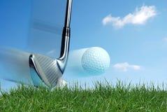 Golfclub, der Kugel schlägt Stockfotografie