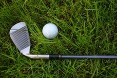 Golfclub en bal Stock Afbeeldingen