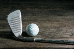 Golfclub en bal op oud hout royalty-vrije stock foto
