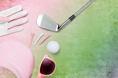 Golfclub, golfbal, golfhandschoen en vizier met zonnebril royalty-vrije stock afbeeldingen