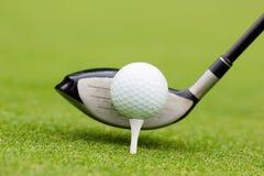 Golfclub hinter dem Ball Lizenzfreie Stockfotos