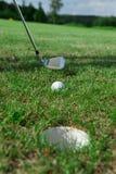 Golfclub: Kugel nah an dem Loch Stockbilder