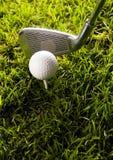 Golfclub met bal op een T-stuk Stock Afbeeldingen