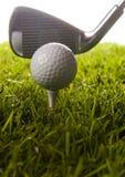 Golfclub mit Kugel auf einem T-Stück Lizenzfreies Stockfoto