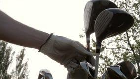 Golfclub uit zak wordt genomen die stock footage