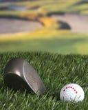Golfclub und Kugel auf der Fahrrinne Lizenzfreies Stockfoto