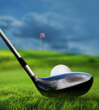 Golfclub und Kugel im Gras Stockfotografie