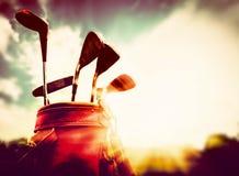 Golfclubs in einem ledernen Gepäck in der Weinlese, Retrostil bei Sonnenuntergang Stockfotografie