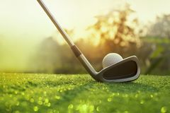 Golfclubs en golfballen op een groen gazon royalty-vrije stock afbeelding