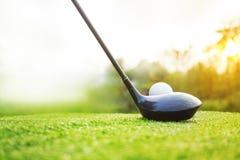 Golfclubs en golfballen op een groen gazon royalty-vrije stock afbeeldingen