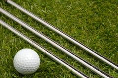 Golfclubs oder Golfeisen mit einem Golfball Stockfoto