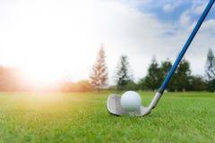 Golfconcept: Golfbal op golfcursus, een 8 ijzeropstelling voor FA stock foto