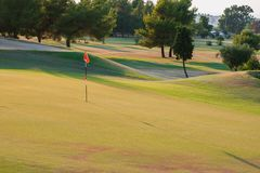 Golfcursus bij zonsondergang, lege golfclub royalty-vrije stock afbeelding