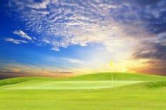 Golfcursus met hemel Royalty-vrije Stock Foto's