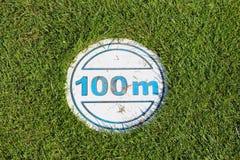 Golfcursus met 100 m-teken Royalty-vrije Stock Afbeeldingen