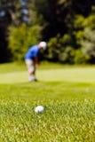 Golfcursus met spelers royalty-vrije stock afbeeldingen