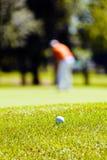Golfcursus met spelers royalty-vrije stock afbeelding