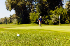 Golfcursus met spelers stock afbeelding