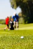 Golfcursus met spelers royalty-vrije stock foto