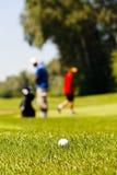 Golfcursus met spelers stock foto's