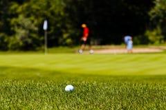 Golfcursus met spelers stock fotografie