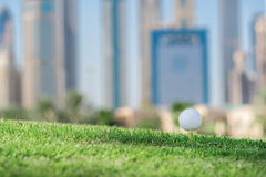 Golfdagen Golfboll är på golfbanan för utslagsplats A för bollen arkivfoton